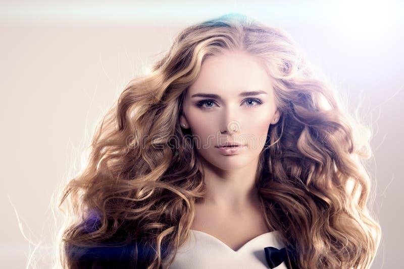 O modelo com as ondas longas do louro do cabelo ondula o cabeleireiro Upd do penteado imagens de stock