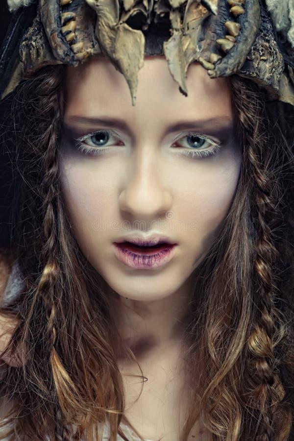 O modelo com penteado criativo e brilhantes compo imagens de stock