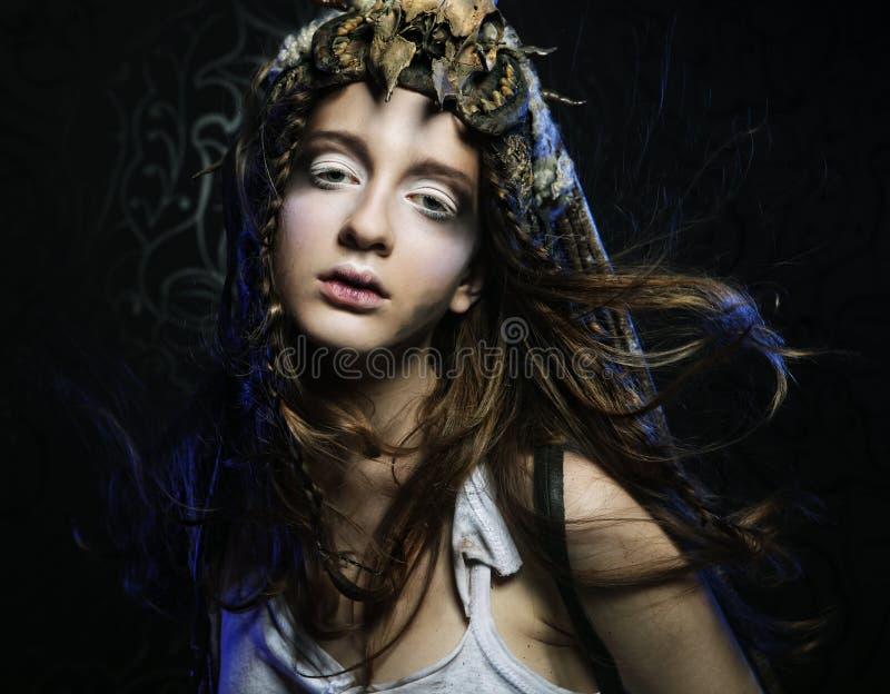 O modelo com penteado criativo e brilhantes compo fotos de stock