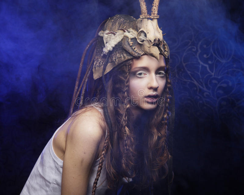 O modelo com penteado criativo e brilhantes compo fotografia de stock royalty free