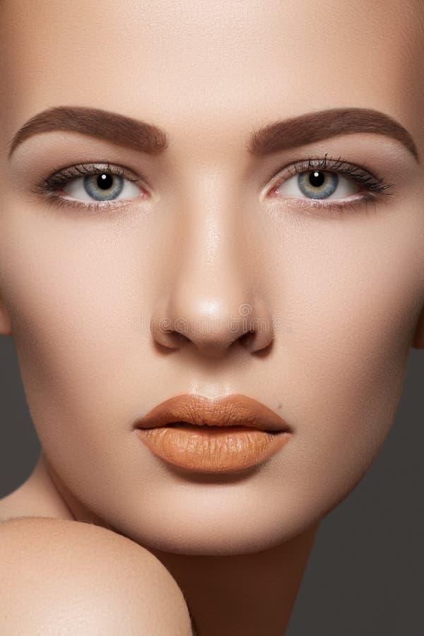 O modelo da beleza com sobrancelhas naturais & os bordos preparam imagens de stock