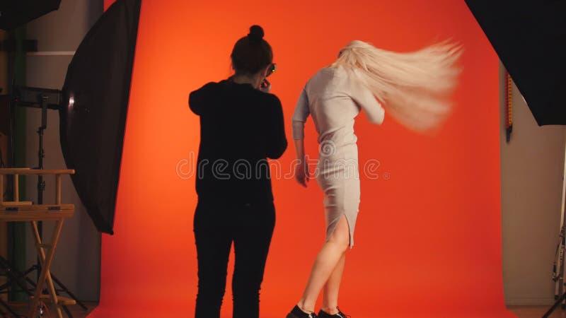 O modelo da menina com cabelo de fluxo no estúdio da foto foto de stock royalty free