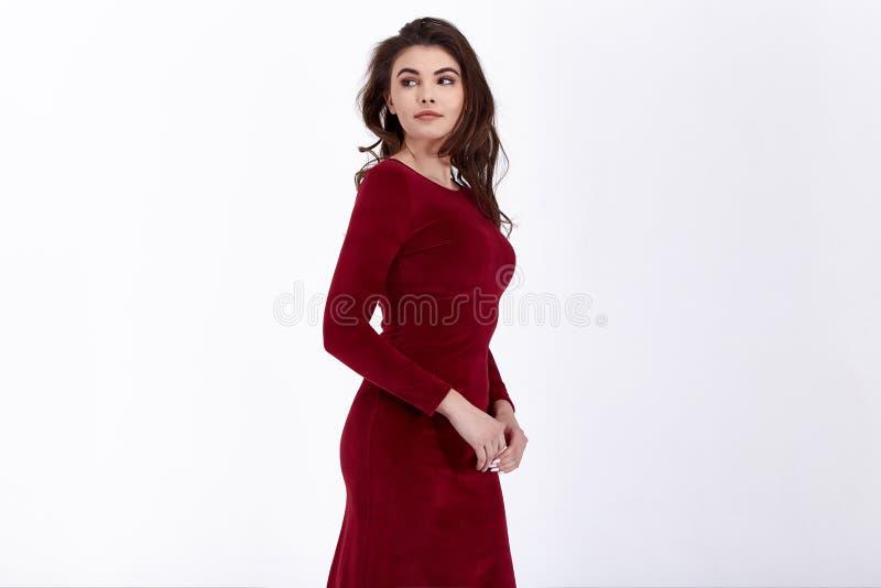O modelo da mulher da beleza veste o estilo formal ocasional do escrit?rio do vestido org?nico natural ? moda do algod?o de l?s d foto de stock