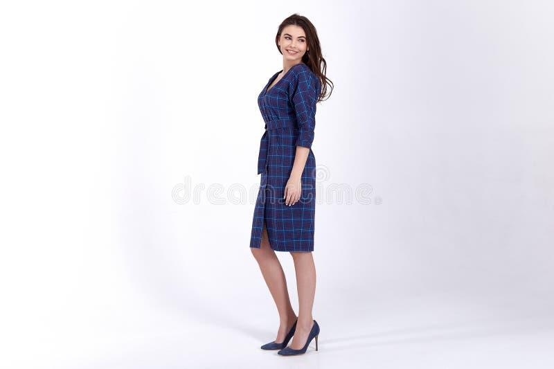 O modelo da mulher da beleza veste o estilo formal ocasional do escrit?rio do vestido org?nico natural ? moda do algod?o de l?s d fotografia de stock