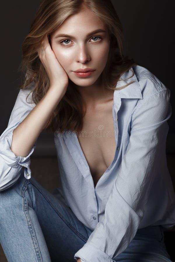 O modelo de forma com cabelo longo, pele perfeita está levantando no estúdio para a sessão fotográfica do teste do encanto que mo foto de stock royalty free