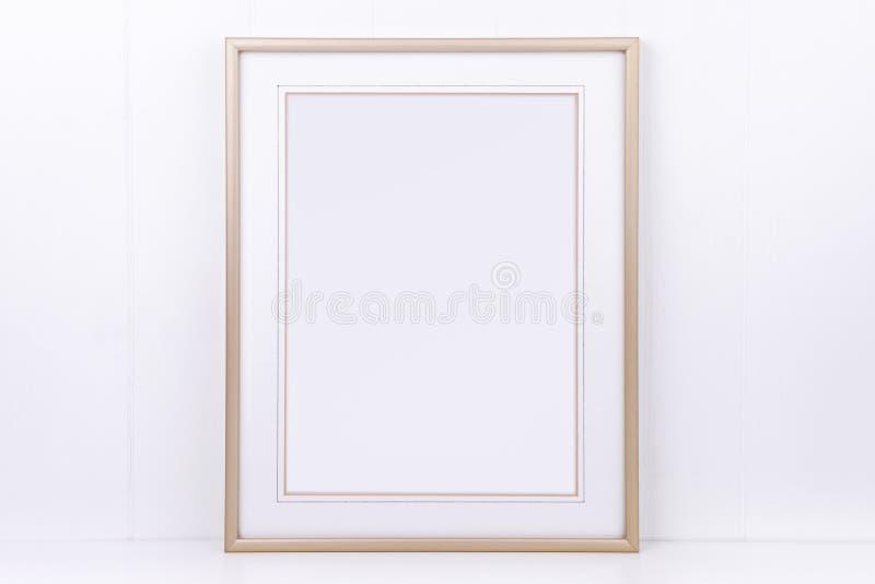 O modelo denominou a fotografia conservada em estoque com quadro do ouro do retrato imagens de stock royalty free