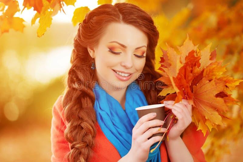 O modelo do outono, brilhante compõe mulher na paisagem da queda do fundo imagens de stock royalty free