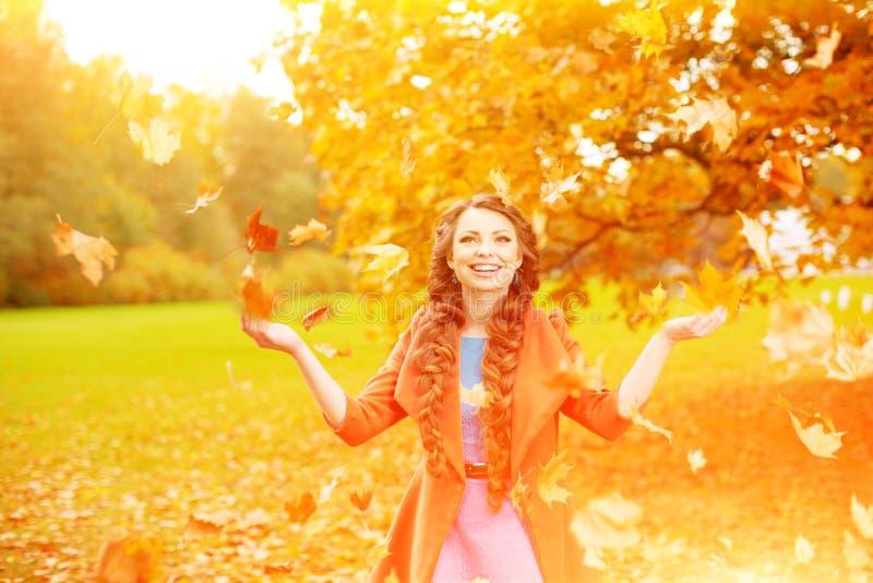 O modelo do outono, brilhante compõe mulher na paisagem da queda do fundo fotos de stock royalty free