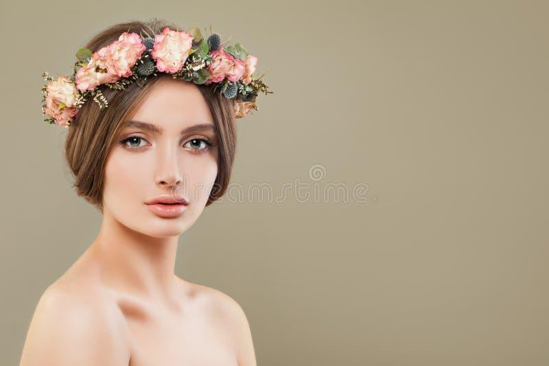 O modelo dos termas da jovem mulher com as flores vestindo da pele clara coroa Close up bonito da cara foto de stock