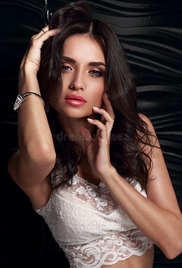 O modelo fêmea da composição 'sexy' que toca em sua cara manicured a sagacidade dos dedos imagem de stock