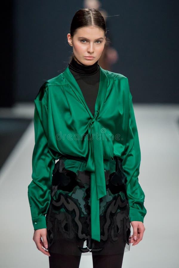 O modelo fêmea no desfile de moda Valentin Yudashkin na semana de moda de Moscou, Queda-inverno 2016/2017 imagem de stock royalty free
