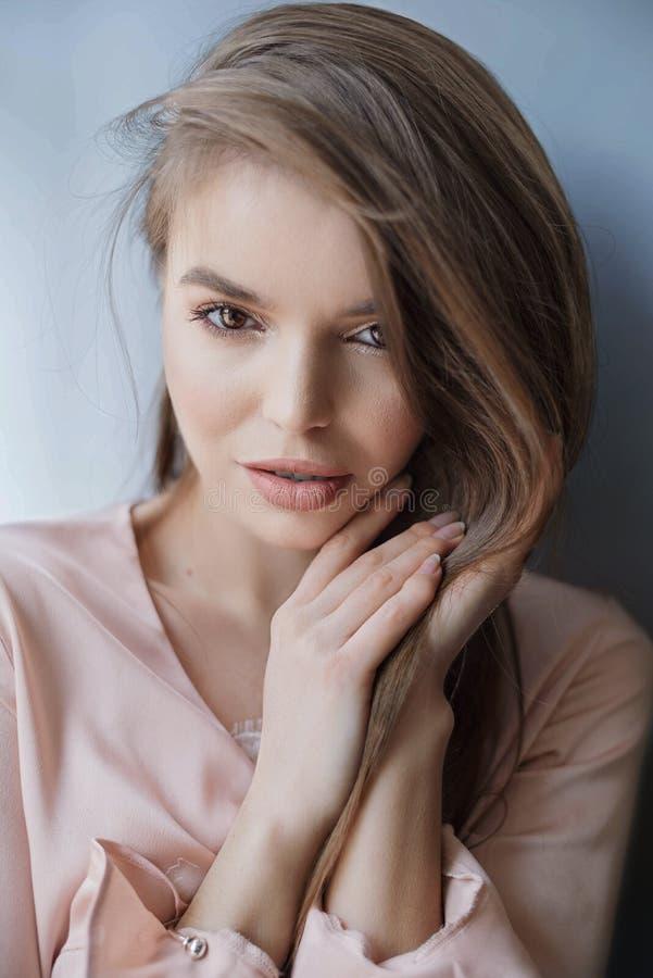 O modelo feliz de sorriso da beleza com natural comp?e e sorrisos longos das pestanas no caf? fotografia de stock royalty free