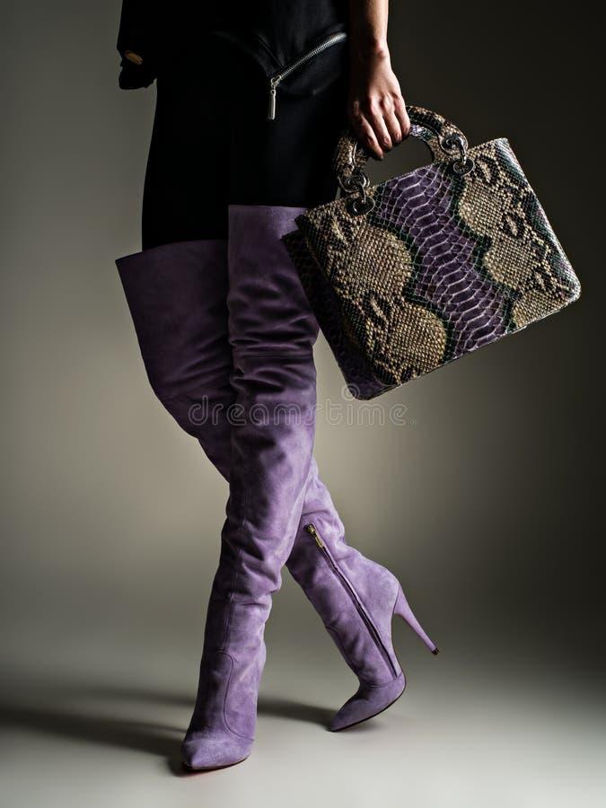 O modelo guarda o saco de couro violeta à moda Caminhadas modelo após a compra imagem de stock