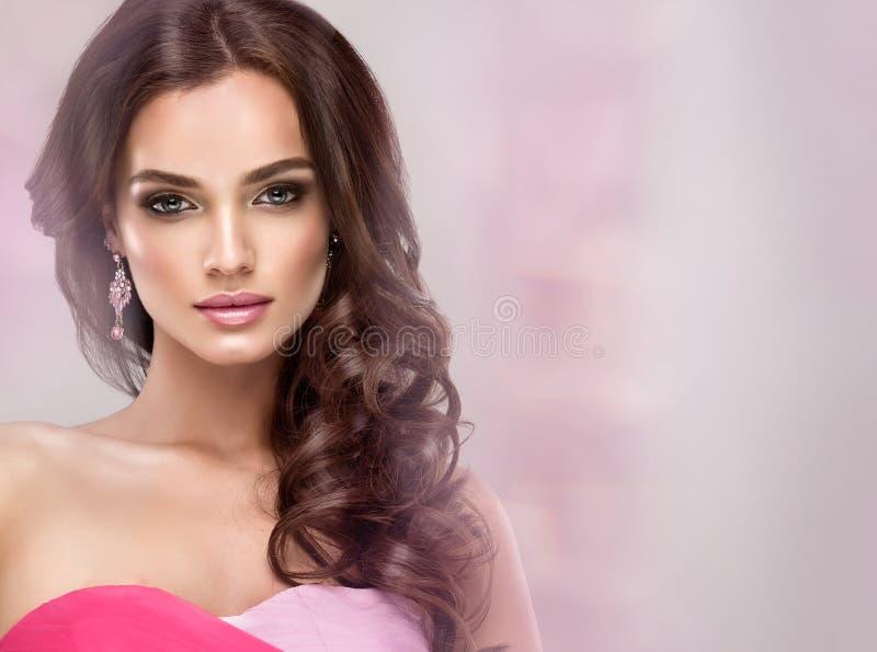 O modelo lindo em um spectacular e o glamure compõem Olhar enevoado dos olhos azuis fotografia de stock