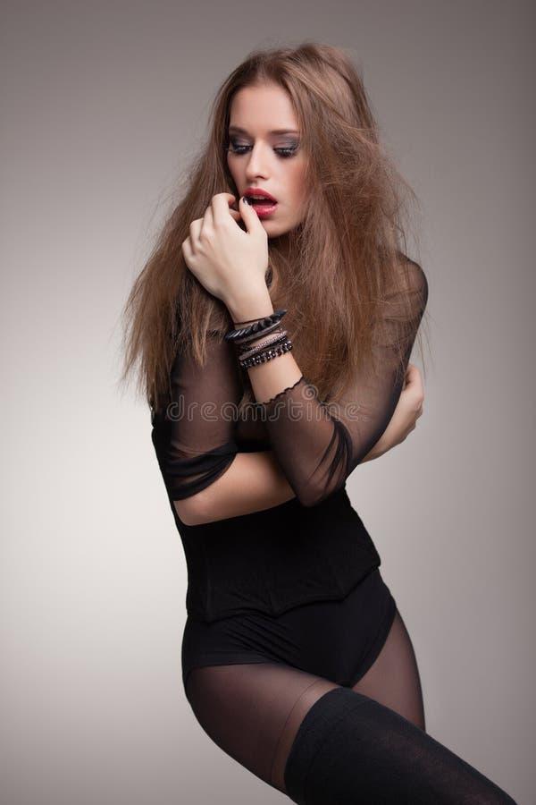 O modelo 'sexy' novo vestiu-se no levantamento do preto dramático imagens de stock
