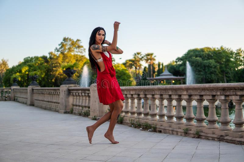 O modelo tattooed Ladyboy do transgender está dançando no parque verde imagens de stock royalty free