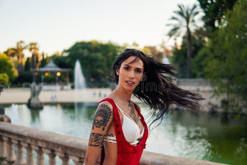 O modelo tattooed Ladyboy do transgender está dançando no parque verde foto de stock royalty free