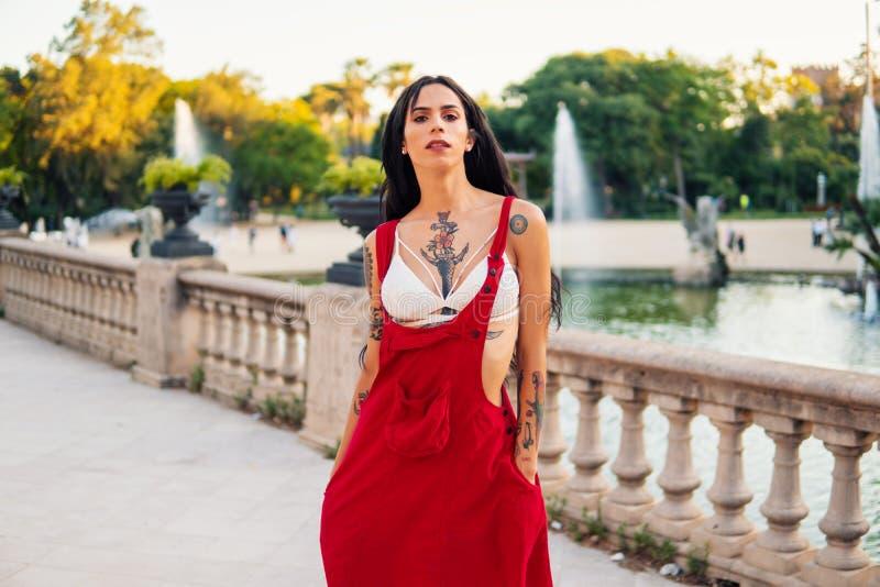 O modelo tattooed Ladyboy do transgender está dançando no parque verde fotos de stock royalty free