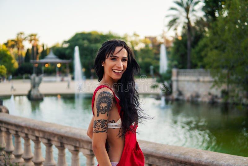 O modelo tattooed Ladyboy do transgender está dançando no parque verde fotografia de stock