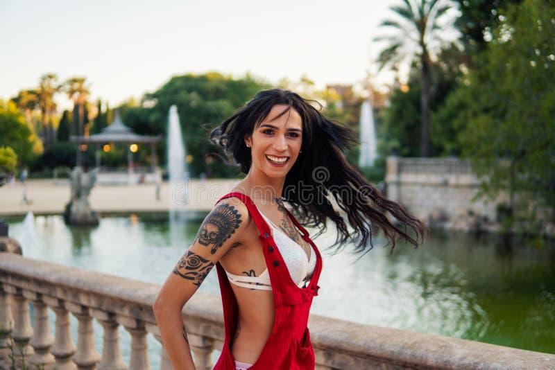 O modelo tattooed Ladyboy do transgender está dançando no parque verde imagem de stock royalty free
