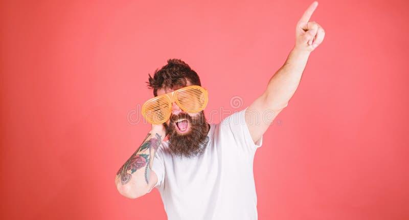 O moderno farpado do homem veste óculos de sol louvered gigantes O acessório dos óculos de sol dá o sentimento incrível da confia imagens de stock