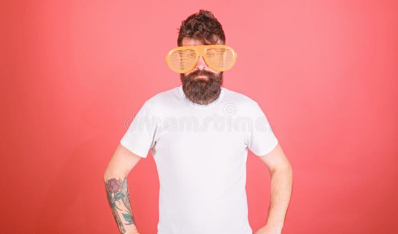 O moderno farpado do homem veste óculos de sol louvered gigantes Atributo do verão dos óculos de sol e acessório à moda O moderno imagens de stock royalty free