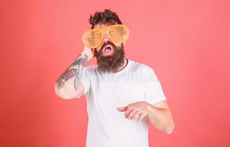 O moderno farpado do homem veste óculos de sol louvered gigantes O moderno veste óculos de sol das máscaras do obturador O acessó fotografia de stock