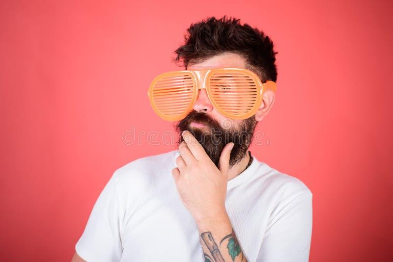 O moderno farpado do homem veste óculos de sol louvered gigantes Sistema ótico e conceito da proteção ocular Máscaras do obturado fotografia de stock royalty free