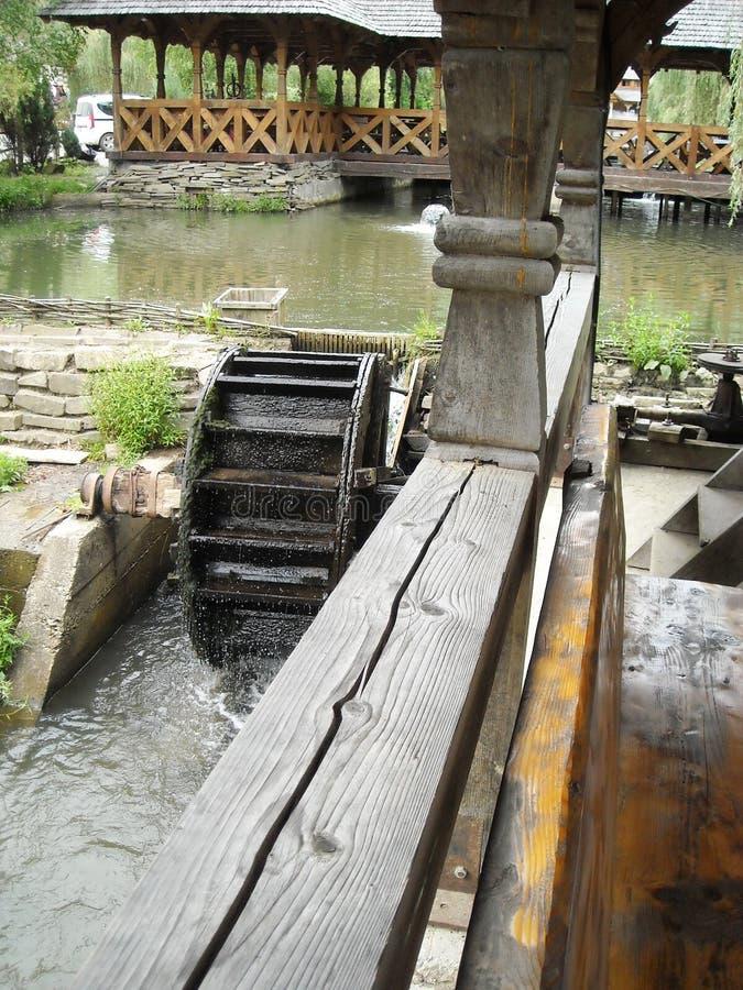 O moinho de água e a água rodam dentro Maramures, Transilvania, Romênia imagem de stock royalty free