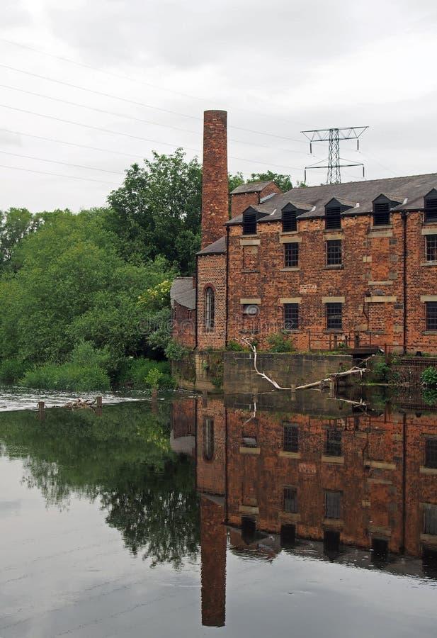 O moinho de Thwaite em leeds construiu em 1825 em uma ilha entre o Rio Aire e o canal da navegação de calder fotos de stock