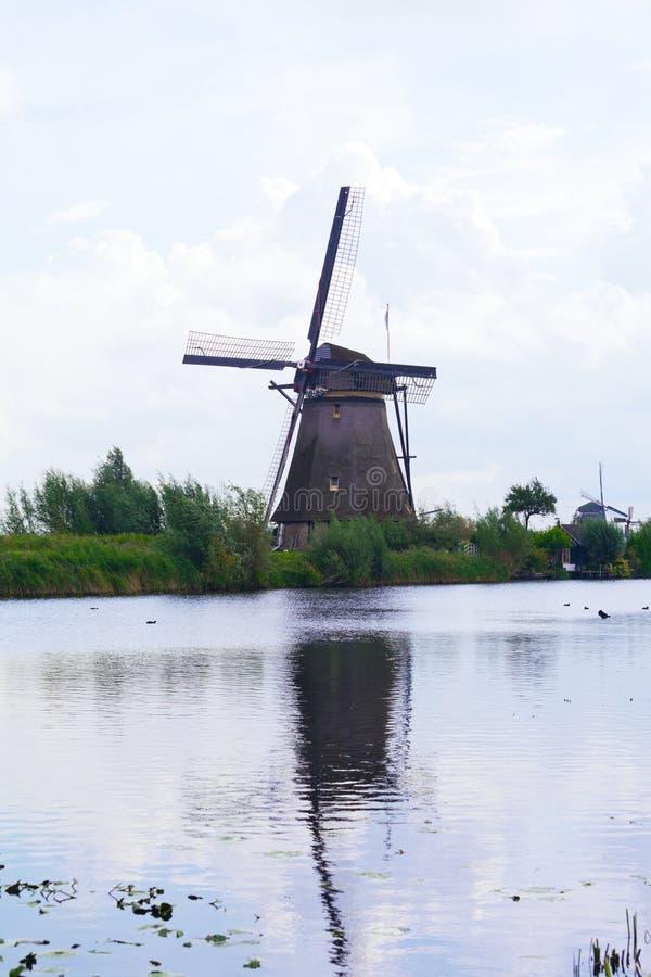 O moinho de vento é refletido na água imagens de stock