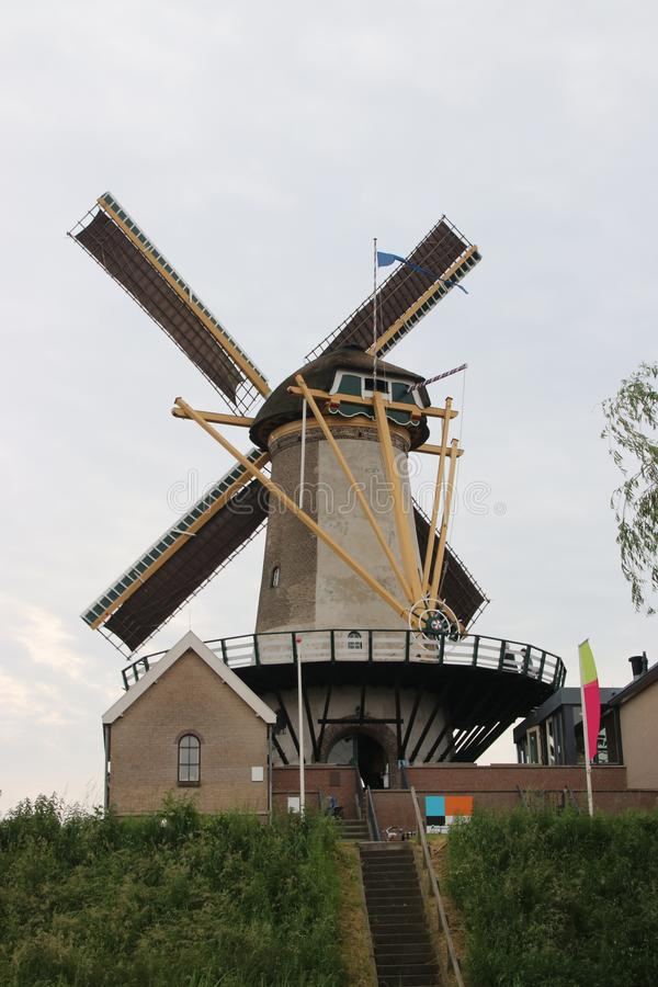 O moinho de vento nomeou o windlust com as velas nas asas no antro aan IJsse de Nieuwerkerk imagens de stock