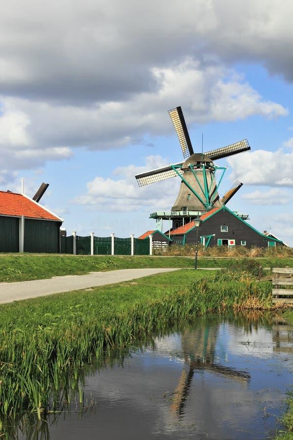 O moinho de vento refletiu na água da canaleta fotos de stock