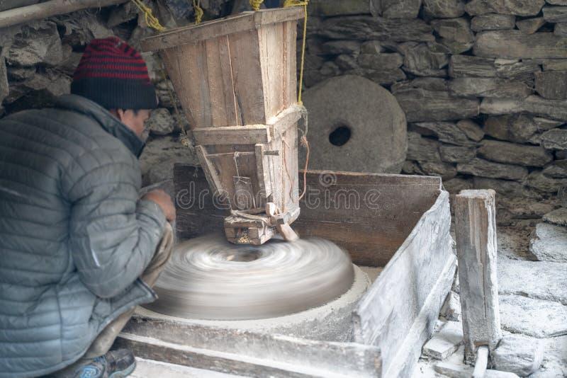 O moinho do rio no trabalho de Nepal AR fotos de stock