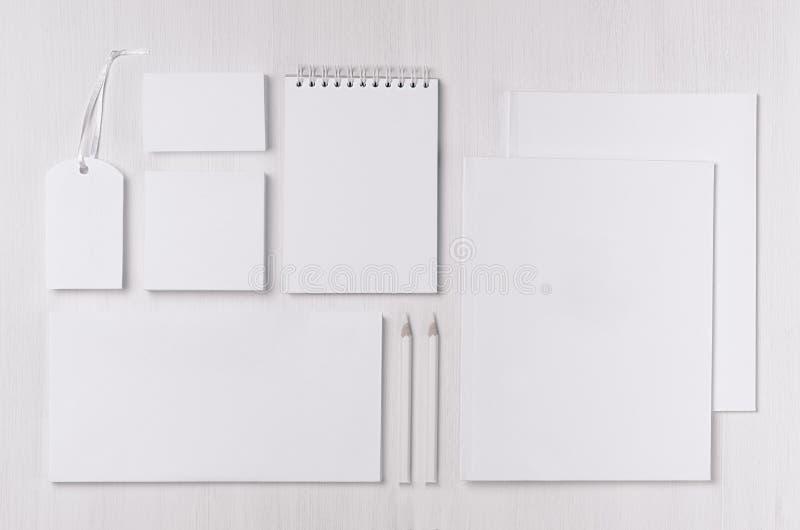 O molde da identidade corporativa com artigos de papelaria pretos do Livro Branco ajustou-se na placa branca macia da madeira da  imagem de stock royalty free
