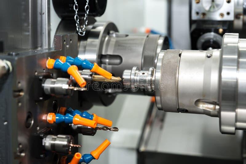 O molde fazendo à máquina do processo do operador e morre peça para o indu automotivo fotografia de stock royalty free