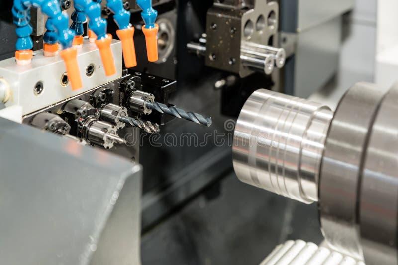 O molde fazendo à máquina do processo do operador e morre peça para o indu automotivo fotos de stock