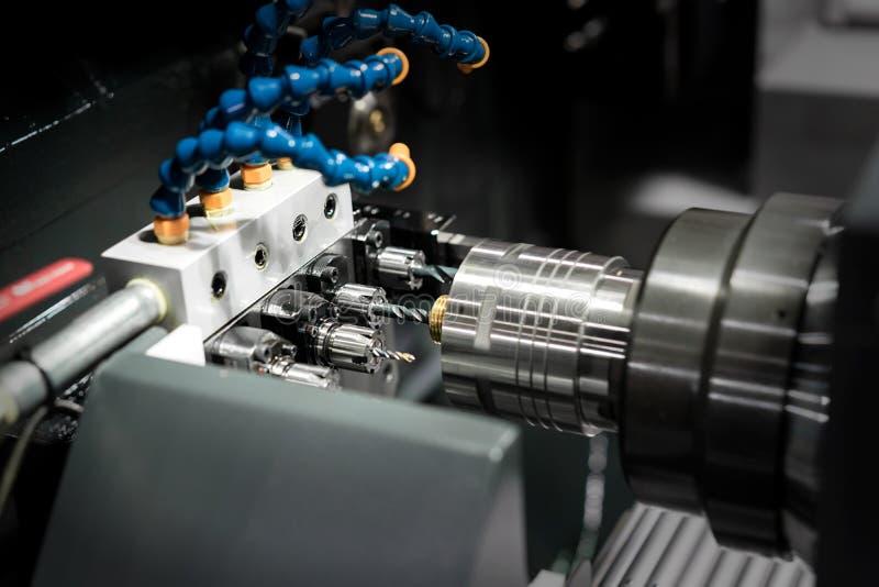 O molde fazendo à máquina do processo do operador e morre peça para o indu automotivo imagem de stock