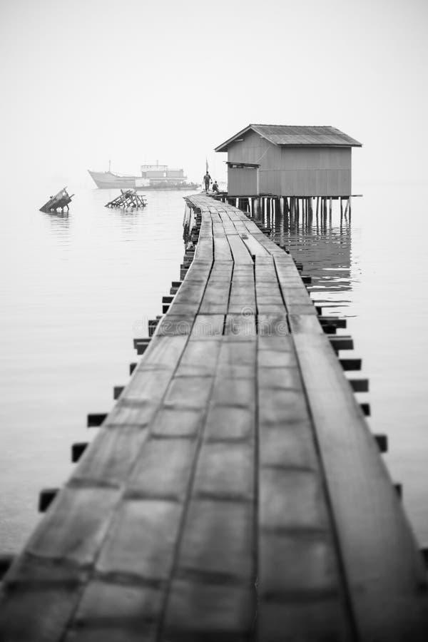 O molhe do pescador em preto e branco imagens de stock