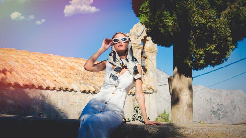 O molho da menina no estilo 60s veste-se em uma vila fotos de stock royalty free