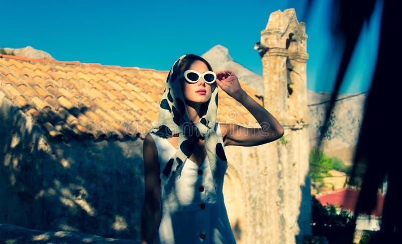 O molho da menina no estilo 60s veste-se em uma vila imagem de stock royalty free