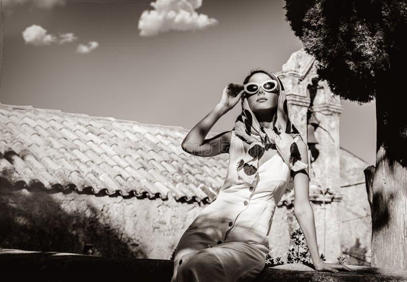 O molho da menina no estilo 60s veste-se em uma vila imagens de stock