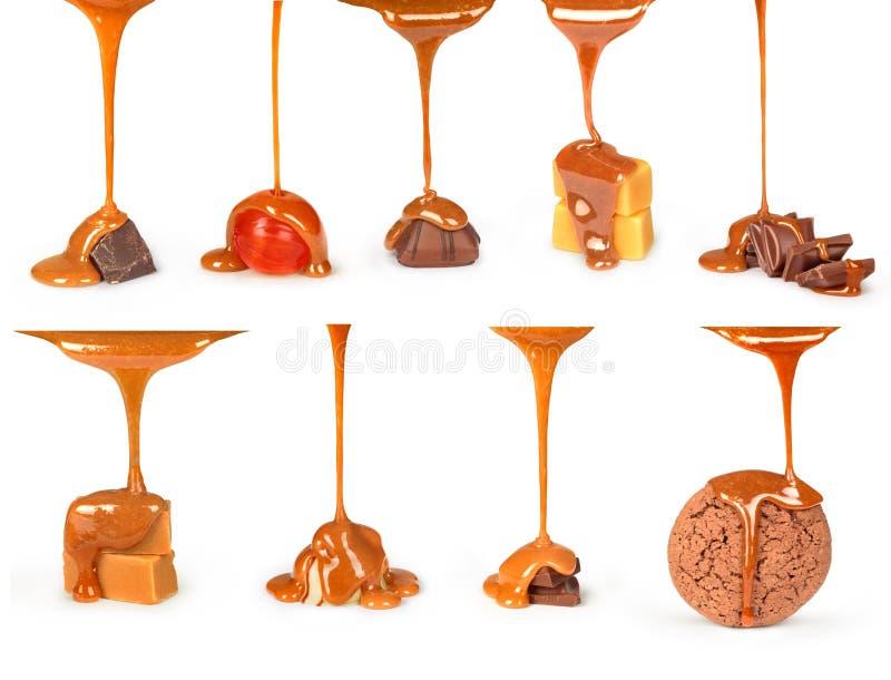 O molho doce do caramelo é derramado em uma barra de chocolate, fotografia de stock