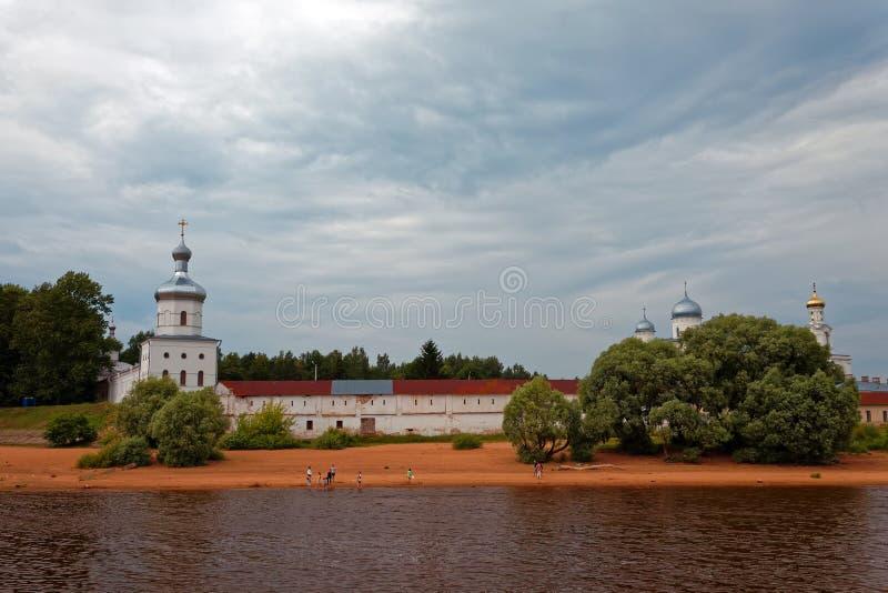 O monastério de St George da catedral de St George perto de Novgorod Igreja ortodoxa antiga imagens de stock royalty free