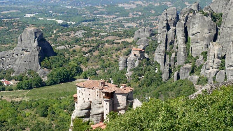 O monastério empoleirou-se altamente acima nas rochas em Meteora, Grécia visto de cima de imagem de stock
