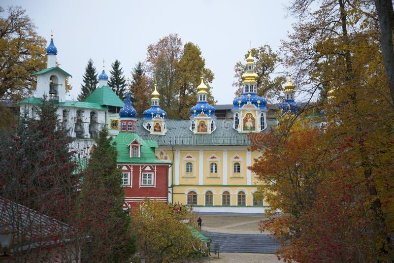 O monastério santamente de Dormition das Pskov-cavernas Região de Pskov, Rússia imagens de stock royalty free