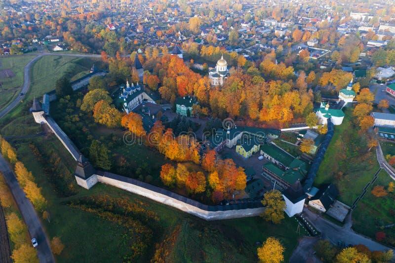 O monastério santamente de Dormition Pskovo-Pechersky no panorama da cidade, avaliação aérea do outono Pechory, Rússia imagens de stock royalty free