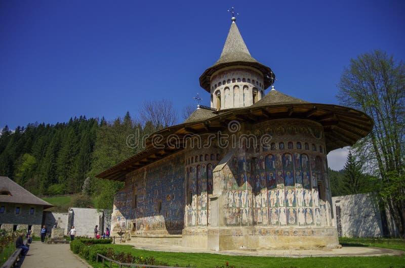 O monastério Voronet é um do monast ortodoxo pintado Romanian fotos de stock royalty free