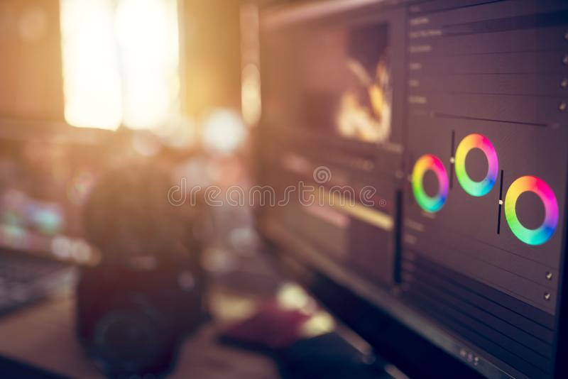 O monitor que edita a realização de moedura video do efeito da cor isto é autônomo foto de stock