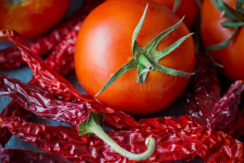 O montão do vermelho colorido secou pimentas da malagueta picante no fundo concreto escuro, tomate, cozinhando, especiarias, alim fotografia de stock royalty free